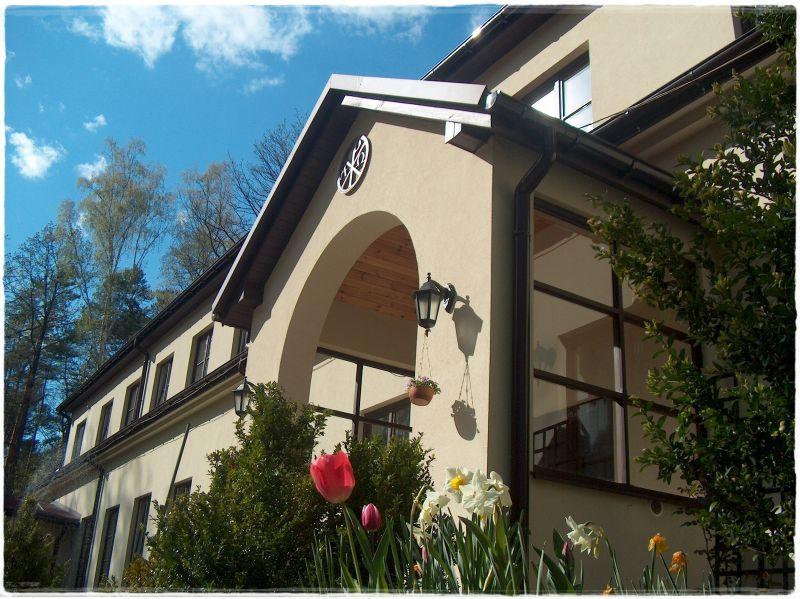 Dom Rekolekcyjny - wejście z Paxem